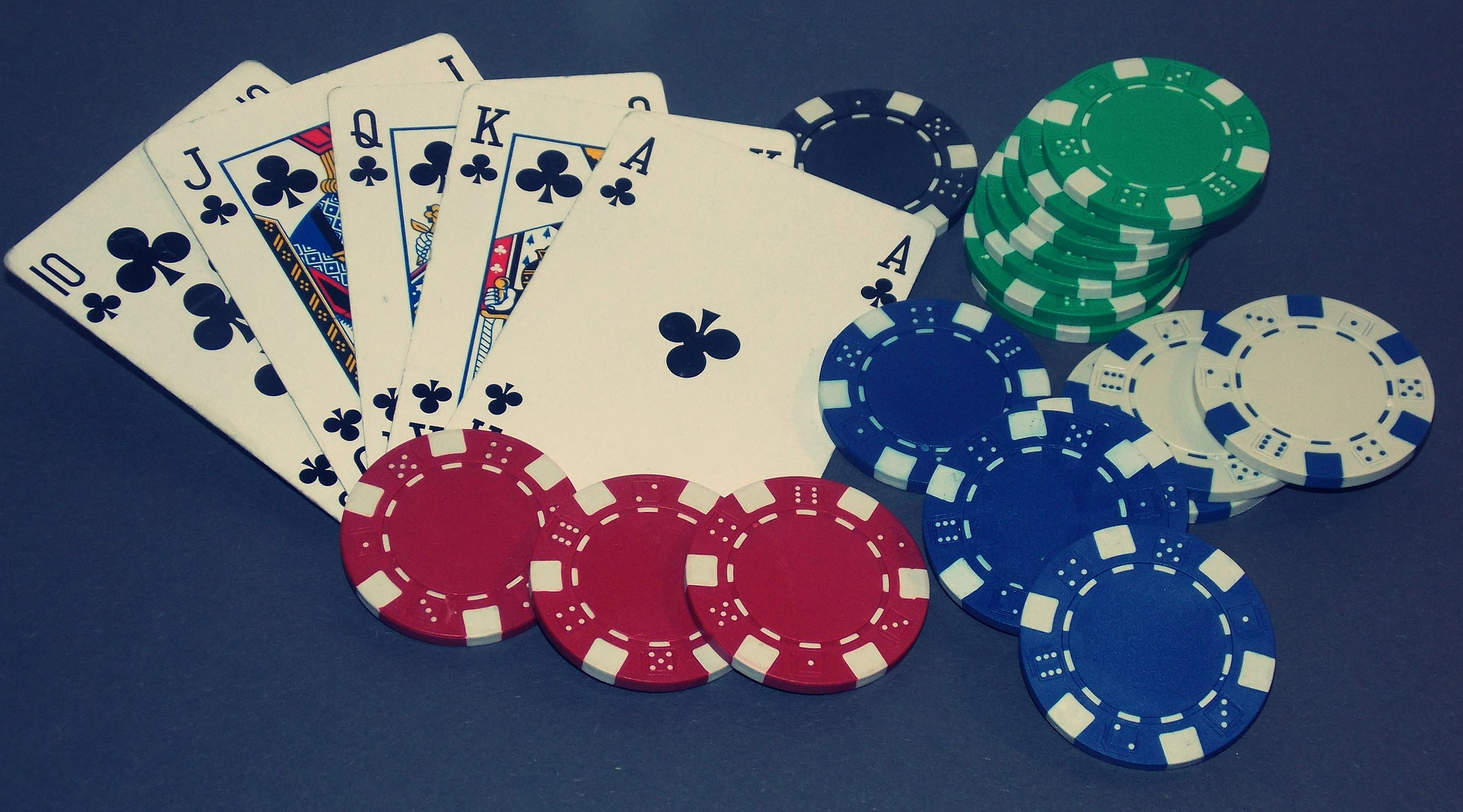 How are casino operators attracting audience via free gambling chips?